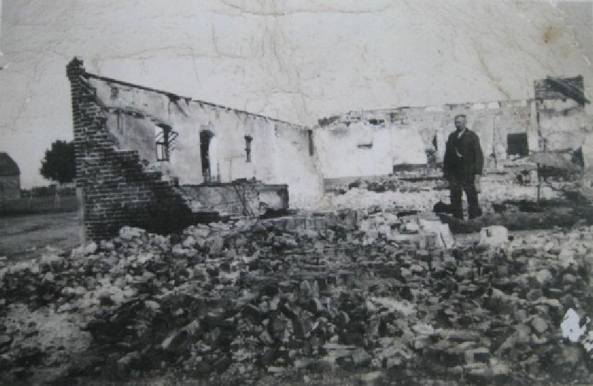 mei1940 Hannus(Kloasen)vdLinden bij afgebrande boerderij